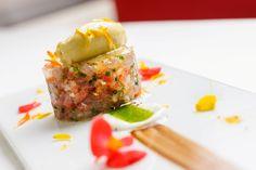 Tartar de atún rojo con helado de Aceite de oliva, crema de yogur y pepino.