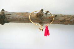 """Bracelet jonc doré """" chat"""" et pompon fuchsia : Bracelet par melija"""