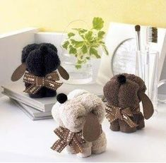 Essa lembrancinha é uma fofura...Linda, útil e fácil...  Toalha no formato de um cachorrinho.    PAP: http://gatabacanafeltro.blogspot.com.br/2012/05/bolo-de-fraldas-e-cachorrinho-de-toalha.html