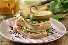 Si te gusta cuidar tu figura, pero no te quieres complicar la vida, prepara este sándwich de queso panela a la parrilla, pechuga de pavo y espinacas para una comida ligera y saludable. Es súper sencillo y rico.