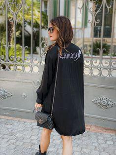 """La tunique OLIVIA de la marque Chantal B est une tunique longue (légèrement plus courte devant) style chemise, manches longues boutonnées aux poignets. Col chemise classique et semi boutoné. On aime son inscription """"l'amour"""" en strass dans le dos qui lui donne un côté glam rock. Chantal B, Mode Boho, Glam Rock, Boho Fashion, Cold Shoulder Dress, Urban, Boutique, Dresses, Style"""