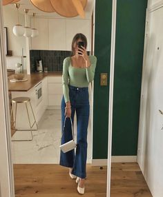Want to try a fresh denim silhouette in Flares are trending and chic French girls are showing us how to wear them right now. Glamouröse Outfits, Retro Outfits, Cute Casual Outfits, Fall Outfits, Vintage Outfits, Fashion Outfits, Cute Jean Outfits, Fashion Ideas, Cool Girl Outfits