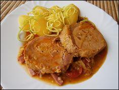 Uzeninu nakrájíme na jemné nudličky, pórek na tenké plátky a rajčátka překrojíme na 3 díly. Polovinu cibulky nakrájíme nadrobno, dáme ji do... Czech Recipes, Ethnic Recipes, Pot Roast, Stew, Pork, Food And Drink, Treats, Cooking, Carne Asada
