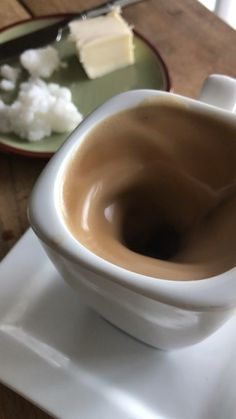 This homemade keto butter coffee with healthy coconut oil and mushroom powder is so easy to make and rich and creamy to drink. INo fancy coffee shop needed! Café Bulletproof, Cappuccino Torte, Coconut Oil Coffee, Homemade Hot Chocolate, Coffee Art, Coffee Pics, Coffee Pictures, Latte Art, Meals For Two