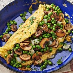 Farm omelette filled with green peas and mushrooms 15 Min Meals, No Cook Meals, Diet Food To Lose Weight, Veggie Recipes, Vegetarian Recipes, Food Porn, Healthy Recepies, Healthy Cooking, Cooking Recipes