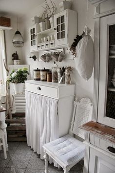 27 Country Cottage Style Kitchen Decor Ideas to make you fall in love with your kitchen again – home decors – Curtains 2020 Cottage Chic, Style Cottage, Cottage Farmhouse, Shabby Cottage, Cottage Living, Cottage Homes, Living Room, Farmhouse Style, Farmhouse Decor