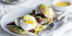 Egg benedict er den perfekte helgefrokosten. Slik posjerer du egg og lager verdens enkleste hollandaise i blenderen. Oppskrift på egg benedict med bacon. Side Dishes, Eggs, Bacon, Breakfast, Foods, Heart, Simple, Recipies, Morning Coffee