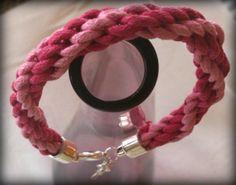 Brazalete en tonos rosas tejido a mano. por BarcelonaShopping, €8.00