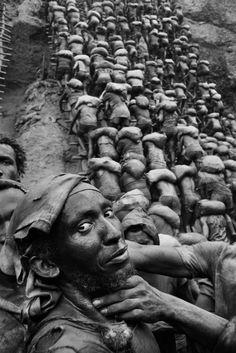 Sebastião Salgado - Serra Pelada Gold Mine, Brazil, 1986 - adel home Social Photography, Street Photography, Portrait Photography, Documentary Photographers, Famous Photographers, Contemporary Photographers, Photographie Portrait Inspiration, Magnum Photos, People Of The World