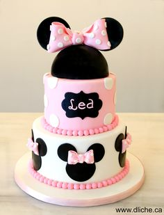 Minnie Mouse themed cake!  Un gâteau thématique de Minnie Mouse!
