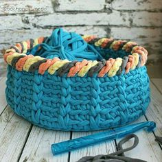 cat basket done in crochet Crochet Bowl, Crochet Yarn, Crochet Stitches, Yarn Projects, Crochet Projects, Crochet Designs, Crochet Patterns, Crochet T Shirts, T Shirt Yarn