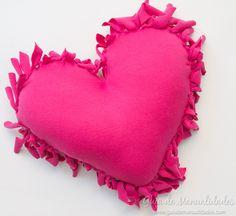 Cómo hacer un cojín corazón sin costuras - Guía de MANUALIDADES Backrest Pillow, Pillows, Inspiration, Ideas Para, Spaces, Throw Pillows, Scrappy Quilts, Bottles, Bag