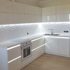 Белая глянцевая кухня  Фасады выполнены из материала Sidac  Столешница из искусственного камня  Фурнитура #blum  Размер 2.8м×2.6м