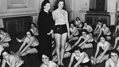In den NS-Bräuteschulen wurden unter anderem Waschen, Kochen, Säuglingspflege und Heimgestaltung gelehrt und geprüft: Auf Reichsfrauenführerin Gertrud Scholtz-Klink (links stehend) mit Lehrgangsteilnehmerinnen.