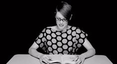 El fotógrafo y videoartista Clayton Cubitt grabó a un grupo de mujeres leyendo fragmentos literarios mientras, fuera de plano, son excitadas sexualmente con un vibrador.