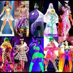 Pra mim as mais legais são as roupas que ela usa pra cantar Roar,Teenage Dream e Walking On Air