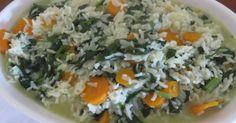 Coloque os grelos finamente picados, a cenoura em rodelas e o arroz com a quantidade de água necessária para cozer o arroz
