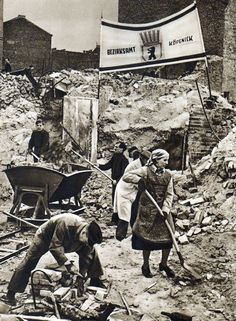 Berlin the tidying up and the reconstruction begin in the destroyed city Women In History, World History, World War Ii, Old Photos, Vintage Photos, Ruined City, Total War, East Germany, National Archives