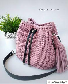Yarn Bag T Shirt Yarn Bucket Bag Crochet Purses Tricot Blue Nails Hairdos Free Crochet Bag, Crochet Tote, Crochet Handbags, Crochet Purses, Crochet Crafts, Crochet Yarn, Crochet Stitches, Crochet Patterns, Drawstring Bag Diy