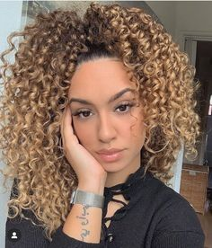 🤩 uses to achieve healthy, bouncy, colorful curls! Model: We want to see your curls! Curled Blonde Hair, Highlights Curly Hair, Blonde Hair Girl, Blonde Curls, Blonde Afro, Blonde Ponytail, Mixed Curly Hair, Colored Curly Hair, Colored Natural Hair