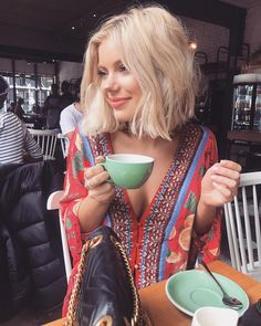 """14.6 k mentions J'aime, 93 commentaires - Laura Jade Stone (@laurajadestone) sur Instagram : """"A cup of tea always makes you feel better ☕️ Wearing @lulus #ad"""""""