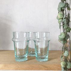 """Verre """"Beldi"""" en verre recyclé, soufflé à la bouche. Classique de la vaisselle marocaine depuis les années 40.  10cm de hauteur  Vendus par 2 ou 4."""
