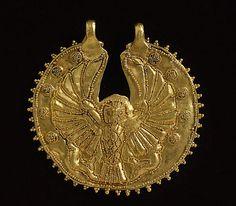 Nouvel Empire - Anneau à granulations décoré d'un faucon aux ailes déployées, de style syro-palestinien -  or   | Site officiel du musée du Louvre