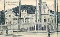 PALÁCIO GUANABARA GRADEADO O postal capturou um angulo estranho do Palácio Guanabara ex Palácio Imperial. Na época vemos que as grades faziam a volta onde agora está a arquibancada esquerda do Clube do Fluminense. Pode ser visto em época mais remota em: www.flickr.com/photos/andre_so_rio/150427620/ ou ainda em: www.flickr.com/photos/andre_so_rio/236950753/