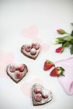 Chocolate brownies in heart form topped with fresh strawberries. Easy in the making but delicious and a perfect mothersday. Chocolate Brownies, Chocolate Desserts, Yummy Treats, Sweet Treats, Desserts Valentinstag, Sweets Cake, Strawberry Desserts, Brownie Cookies, Brownie Recipes