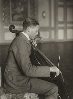 August Sander. Cellist [Emanuel Feuermann]. 1923