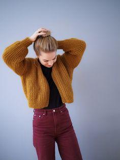 Kjappstrikka og kul jakke som kan brukes i flere anledninger. Strikk den kort, eller lang! Alt etter ønsket! Jeg er 1.64 og har brukt målene til størrelse S på bildene av den gule jakke. Størrelser: XS (S) M (L) XLPinner: rundpinne 6 + 7 + evt settpinner til ermeneStrikkefasthet: 14 masker på p nr. 7 = 10 cm falsk pate Free Knitting, Knitting Patterns, Jack And Jones Jeans, Poncho Pullover, Knit Fashion, Fashion Art, Style Fashion, Winter Fashion Outfits, Fall Fashion