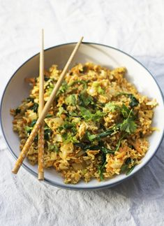 Go-to easy Vegan Meals @Madeleine Olivia  #versatilevegan Veggie Jokes, Rice Recipes Vegan, Veggie Recipes, Vegan Meals, Dinner Recipes, Vegan Fried Rice, Sans Gluten Vegan, 2 Cloves Of Garlic, Leftover Rice