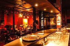 In een huis van de 17de eeuw vindt u hier de sfeer terug van de New Yorkse jazzbars waar crooners en big bands elkaar elke avond opvolgden. Het programma is van hoge kwaliteit en de grootste namen uit de jazzwereld zijn hier al de revue gepasseerd. De Music Village is op het vlak van jazz gewoon een referentie geworden.