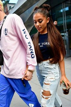 ariana grande street style 2018 Check more at www. Ariana Grande Fotos, Ariana Grande Outfits, Concert Ariana Grande, Cabello Ariana Grande, Ariana Grande Style 2018, Ariana Grande Hairstyles, Ariana Grande Makeup, Street Style Trends, Street Style 2018