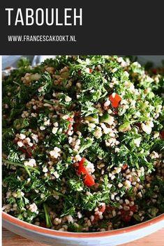 Recept tabouleh, ofwel frisse peterselie en bulgur salade uit de Libanese keuken. Die je als voor- of bijgerecht eet, maar als lunch ook ontzettend lekker. De basisingrediënten zijn peterselie, bulgur, munt, ui, citroen en olijfolie. #salade #tabouleh #fransescakookt Couscous, Lebanese Salad, Tabbouleh Recipe, Salad Box, Lunch Restaurants, Salad Recipes, Healthy Recipes, Lebanese Recipes, Rabbit Food