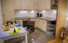 Offene und moderne Küche in dieser Ferienwohnung, reichhaltig zum Kochen, Braten und Backen für Selbstversorger ausgestattet.