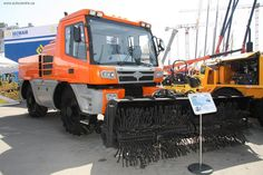 Предприятие «ЧТЗ-УралТрак» недавно показало тяговый модуль вагонов ТМВ-2 – т. н. локомобиль, приспособленный для движения по железнодорожным путям.