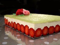 Ingrédients pour 12 personnes : 1 génoise cuite en plaque 40 x 30 cm 1 kg de fraises gariguette ou mara des bois Crème mousseline...