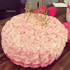 Gâteau avec des roses.