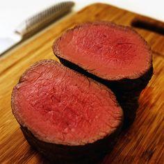 ローストビーフを完璧に仕上げる為に科学的な目線で5つのポイントを詳しくまとめました。 これらのポイントはすべての肉のローストの基本となります。 ローストビーフを一度も作った事がなくても、ある一つの道具の力を借りるだけでレストランで出されるようなロゼ色のローストビーフが家庭で作れます。
