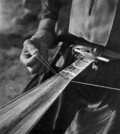 Digitalt Museum - Veving av kvinnebelte på båndvev. Karasjok 1950.