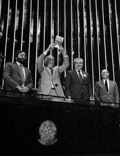 """""""Declaro promulgado o documento da liberdade, da dignidade, da democracia, da Justiça social do Brasil."""" Ulysses Guimarães, na promulgação da Constituição em 5 de outubro de 1988."""