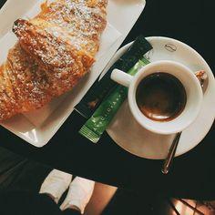 • oggi va così tutto di corsa, sveglia presto, colazione al volo cornetto e caffè, università, corsa per prendere al volo il treno e ritornare a casa 🙈 • è proprio 1 #settembre 🤦• e che caldo fa ancora 😎☀️ • buon pomeriggio belli 🌈 •  .  .  .  #onthetable #friday #breakfastloves #vyta  #foodstyle #coffeetogo #vscofood #igersnapoli #igersavellino #igerscampania #inspiremyinstagram #morningscenes #darlingmoments #coffeeandseason #modeonsweet #_dolcivisioni_ #100ita #tastingtable #foodigers…