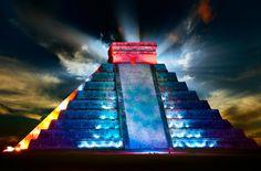La espectacular pirámide de Chichen-Itzá (una de las 7 maravillas del mundo moderno), iluminada durante un espectáculo de luz y sonido en esta zona arqueológica.  Impactante!!