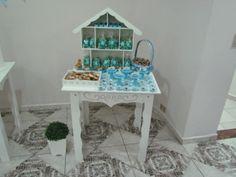 Mesinha lateral com havannetes, pipoca azul, brigadeiro azul, canudinhos e doce de leite e pé de moleque.