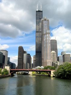 Chicago Architecture : 20 Best Cities To Visit In Winters Illinois Travel Destinations Honeymoon Backpack Backpacking Vacation Budget Off the Beaten Path Wanderlust Chicago Usa, Chicago River, Chicago City, Chicago Skyline, Chicago Illinois, North Chicago, Chicago Bears, Willis Tower, Lago Michigan