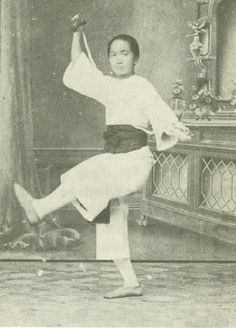 Mok Kwai Lan demonstrating the flying plummet, one of Wong Fei Hung's signature skills. Real Kung Fu Vol. Chinese Martial Arts, Martial Arts Women, Wing Chun Training, Art Of Fighting, Enter The Dragon, Martial Artists, Asian History, Aikido, Historical Pictures