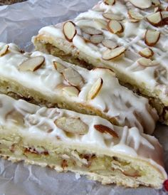 Buttery Almond Braid - Pine Cones and Acorns: Buttery Almond Braid Effektive Bilder, die wir über choux Pastry anbieten - Almond Recipes, Baking Recipes, Cookie Recipes, Dessert Recipes, Vegan Recipes, Dessert Bread, Dessert Bars, Just Desserts, Delicious Desserts