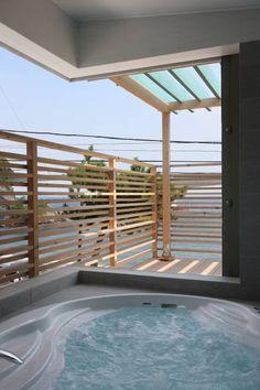 真鶴夏の家: TAMAI ATELIERが手掛けたモダン洗面所/お風呂/トイレです。