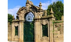 The majestic portal in Baroque style of Quinta das Telheiras has a round arch surmounted with symbols of nobility, adorned with pinnacles and in flame-shaped.
